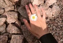 Привіт, ромашка: наймодніша квітка літа в манікюрі.