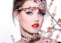 Яркие и даже разноцветные глаза — новая весенняя тенденция в макияже.
