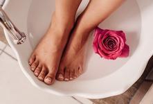 Ніжна шкіра ніг: яким повинен бути догляд для ніг.