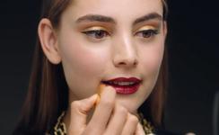 Святковий мейкап: виразний образ сильної і сяючої жінки Chanel.