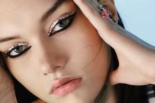 Ідеї макіяжу: яскраві стрілки на показі Dior Fall 21.