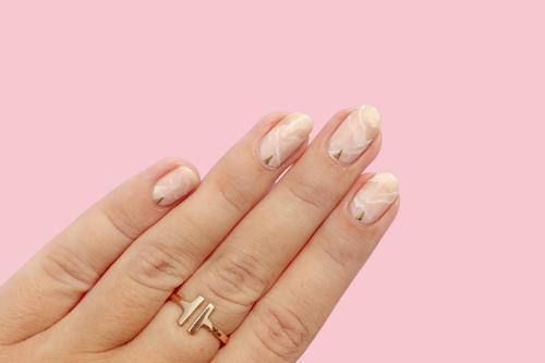 Новий тренд в манікюрі: нігті з ефектом рожевого кварцу.