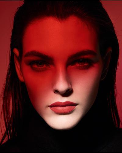 CHANEL Ультраматовая стойкая жидкая помада с эффектом второй кожи Rouge Allure Ink Fusion. Фото 3