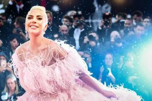 Леді Гага стала обличчям нового аромату Valentino Voce Viva.